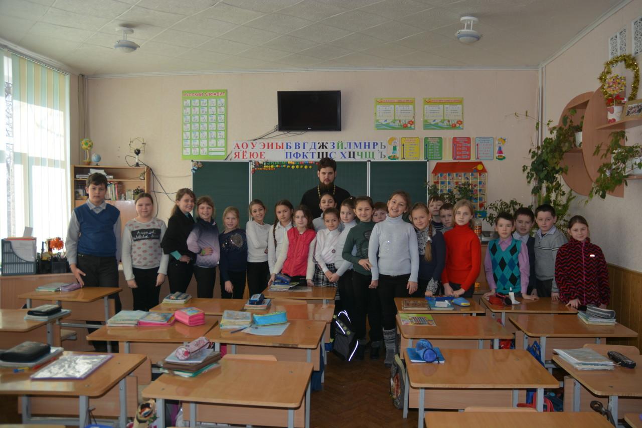 Урок в 4 классе СОШ №6 с иереем Сергием Поготским, настоятелем храма в честь святителя Луки Крымского (город Купянск)