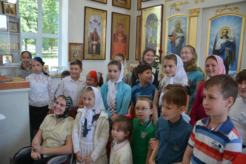 Учащиемся воскресной школы при храме в честь святителя Луки, архиепископа Симферопольского и Крымского (город Купянск)